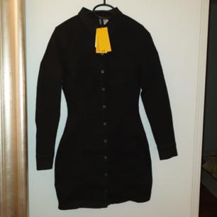 Svart denimklänning från h&m med tryckknappar, stl 34 och VÄLDIGT stretchig. Formar kroppen fint. Aldrig använd! Säljer pga köptes innan graviditet och är nu för liten.💔   Hämtas i Vallentuna, täby kan också funka. 😊