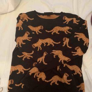 Så himla fin och skön tröja med tigermönster, riktigt cool, inte alls sliten då jag använt kanske 5 gånger max. Älskar tröjan och det är jobbigt att behöva sälja den men jag känner att jag inte har fått tillräckligt mycket användning av den.
