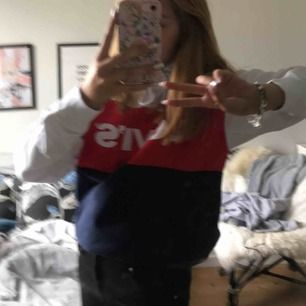 Levis hoodie köpt för 800kr i somras knappt använd! Hör av er för fler bilder! Passar xs-s