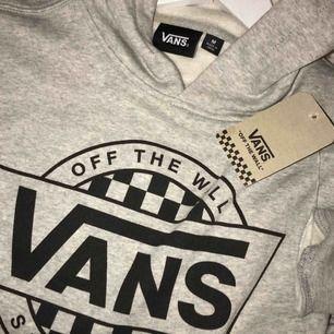 HELT NY Hoodie ifrån Vans off the Wall som jag beställde ifrån vans.com! Storlek M men passar som S och nypris var 45$ så ungefär 450kr! Säljer för 250kr!