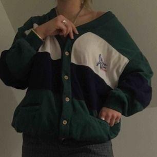 Extremt bekväm och snygg tröja!! Ser bra ut med lager eller bara av sig själv