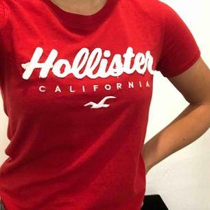 Fin röd t-shirt från Hollister, i princip oanvänd.