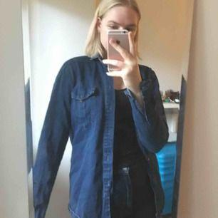 Snygg jeansskjorta i stl S