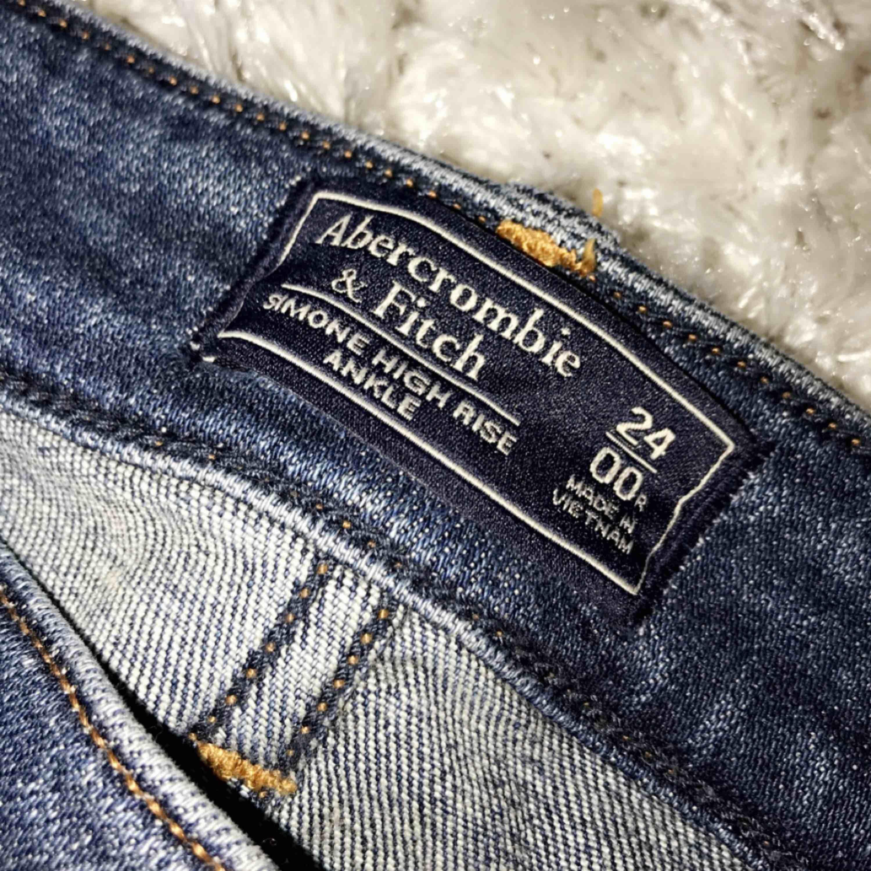 Abercrombie & Fitch jeans, använda 2 gånger! • Modellen - Simone High Rise Ankle • Storlek 00/24 (61cm i midjan)  • längden - dig som är 162-170cm (står på hemsidan)  NYPRIS: 950kr. Jeans & Byxor.