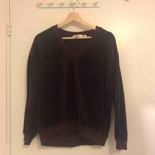 Långärmad tröja från Hm i storlek XS. Använts ett fåtal gånger. Möts på Kungsholmen annars betalar den som köper frakten