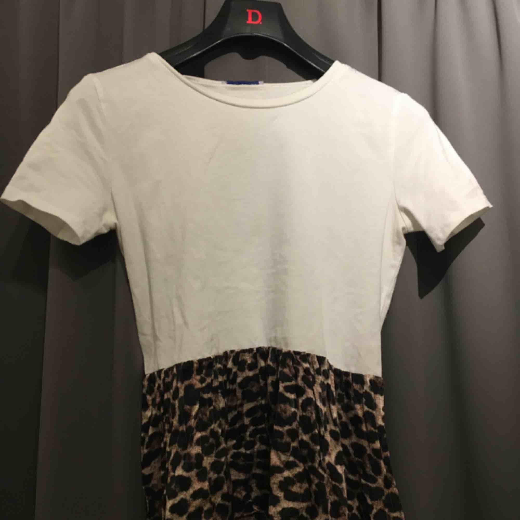 Super gullig t-shirt med volang från Zara!! Nästan till oanvänd, alltså bra skick! 🤙🏼💜 Skriv till mig för mer info eller bilder.  . Skjortor.