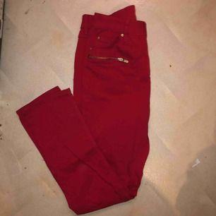 Använt fåtal gånger + tvättat. Röda jeans (rödare i verkligheten), högmijade, extremt stretchiga så passar nog strl s, m och L Fraktar gärna!