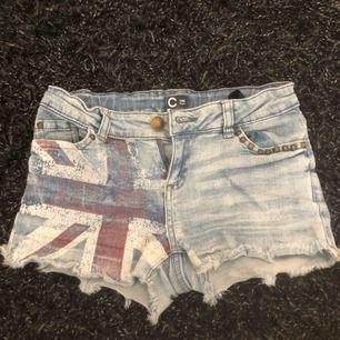 Söta jeansshorts i barnstorlek 140 från Cubus. Använda men i bra och fungerade skick! Flaggan på ena sidan är lite urtvättad.