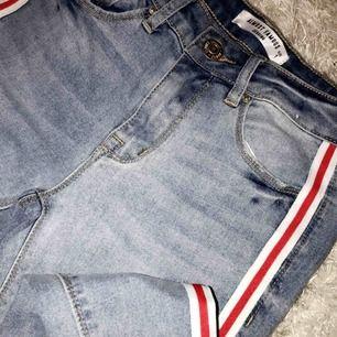 Slutsålda Jeans ifrån ALMOST FAMOUS • Ljusblåa jeans med as cool rödvit detalj på sidorna! • Storlek 1 (25 i midjan)  • Finns inte att köpa längre på hemsidan •Kan mötas upp i Uppsala