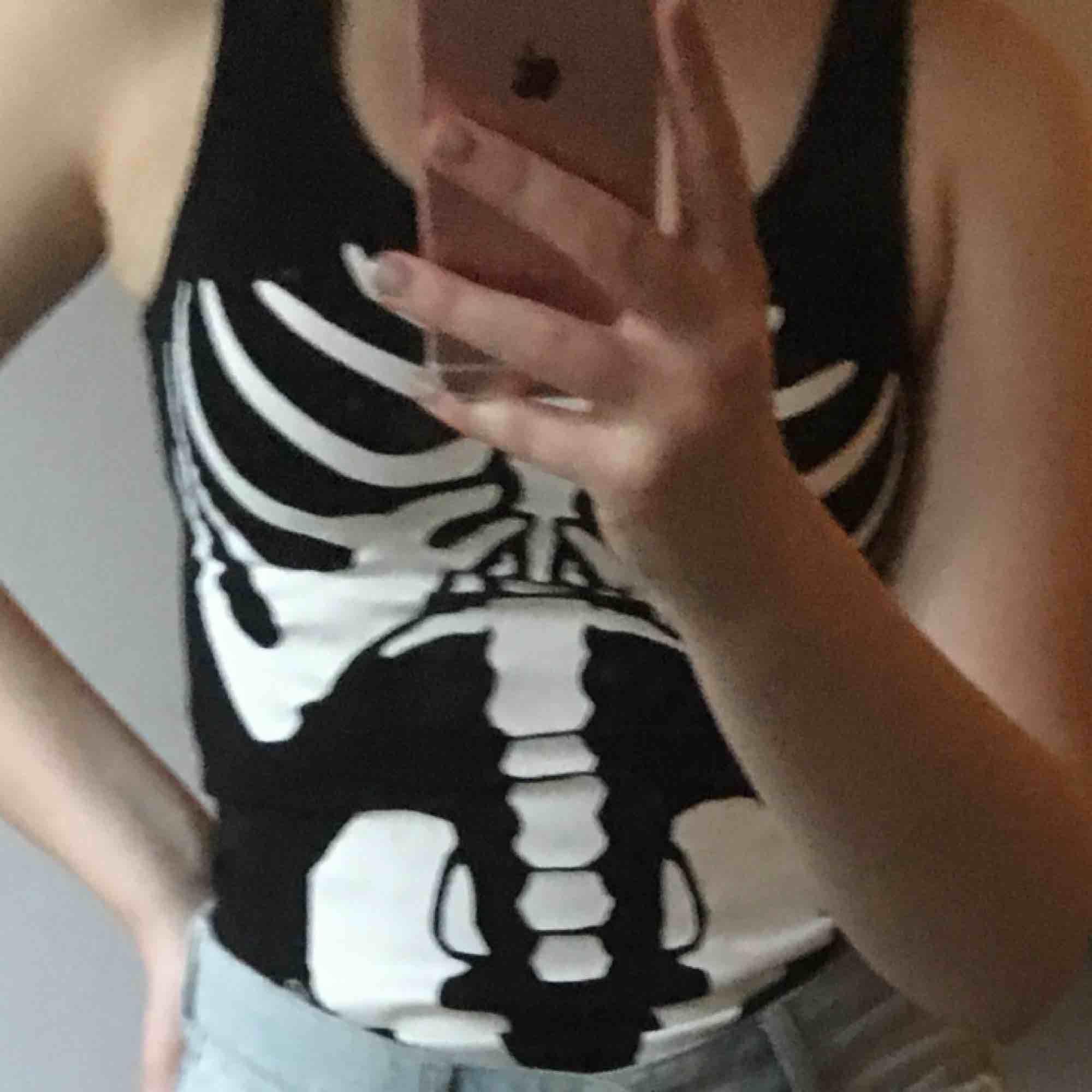 Snygg skelettbody i stl XS. Perfekt inför halloween. Toppar.