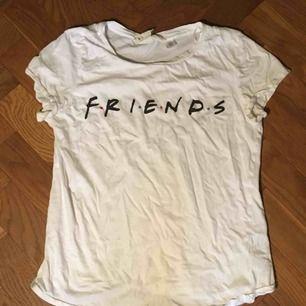 Säljer denna fina vita Friends tröjan pga att jag inte använder den