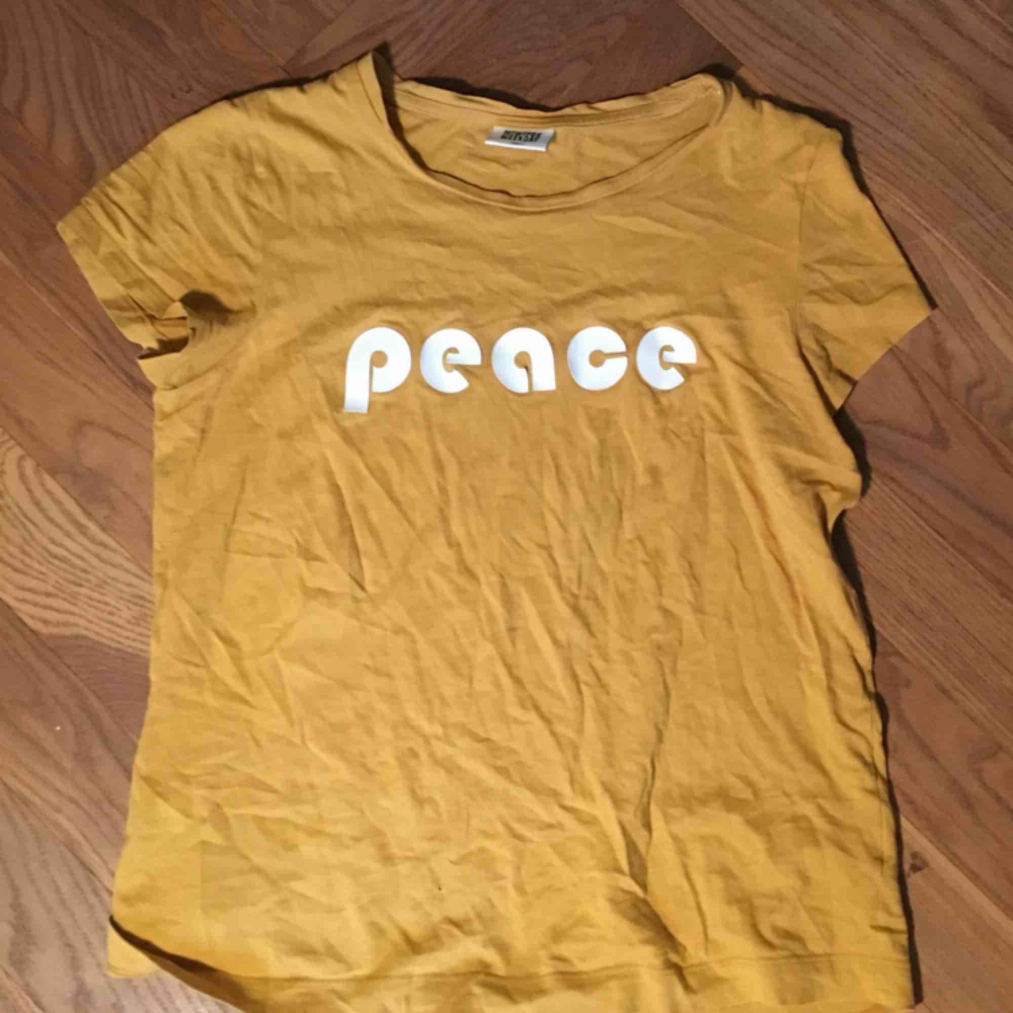 Snygg tröja från weekday. T-shirts.