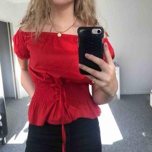 Superfin röd offshoulder blus med korsett!💫