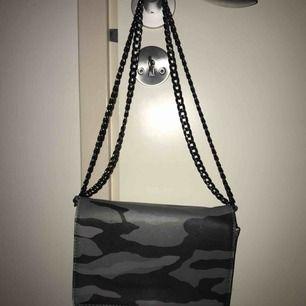 Militärmönstrad väska med svartsilvrig kedja som man kan ha lång o kort✨