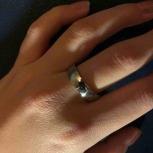 Snygg ring i silverfärg i storlek M (ungefär). Jag har flera stycken så vid köp av flera kan du få ett billigare pris!😝