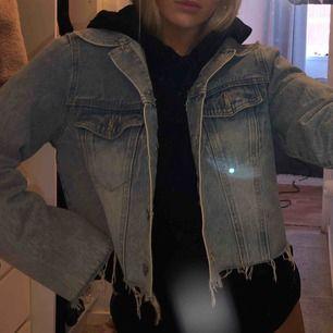 Croppad jeansjacka från Boohoo med dragkedja på armarna , strl 36