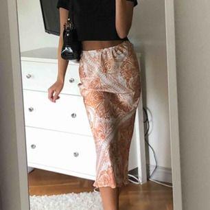Jättefin kjol från Gina Tricot, strl 34, använd en gång