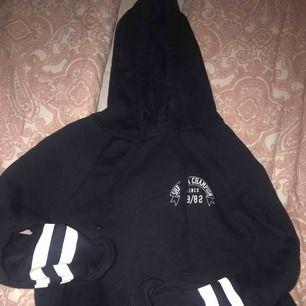 Säljer en mysig hoodie från Gina tricot. Säljer PG av att den bara ligger och skräpar, använd 3 gånger. Är en XS men sitter som en s. :)