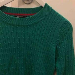 Grön kabelstickad tröja från Gina, använd fåtal gånger så som ny!