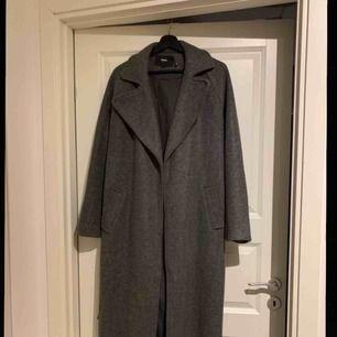 Mycket sparsamt använd kappa från BikBok. Mycket skönt då den håller värme bra och är lång (jag är 160)  Nypris 699kr mitt pris 350kr frakt delas på vid snabb affär