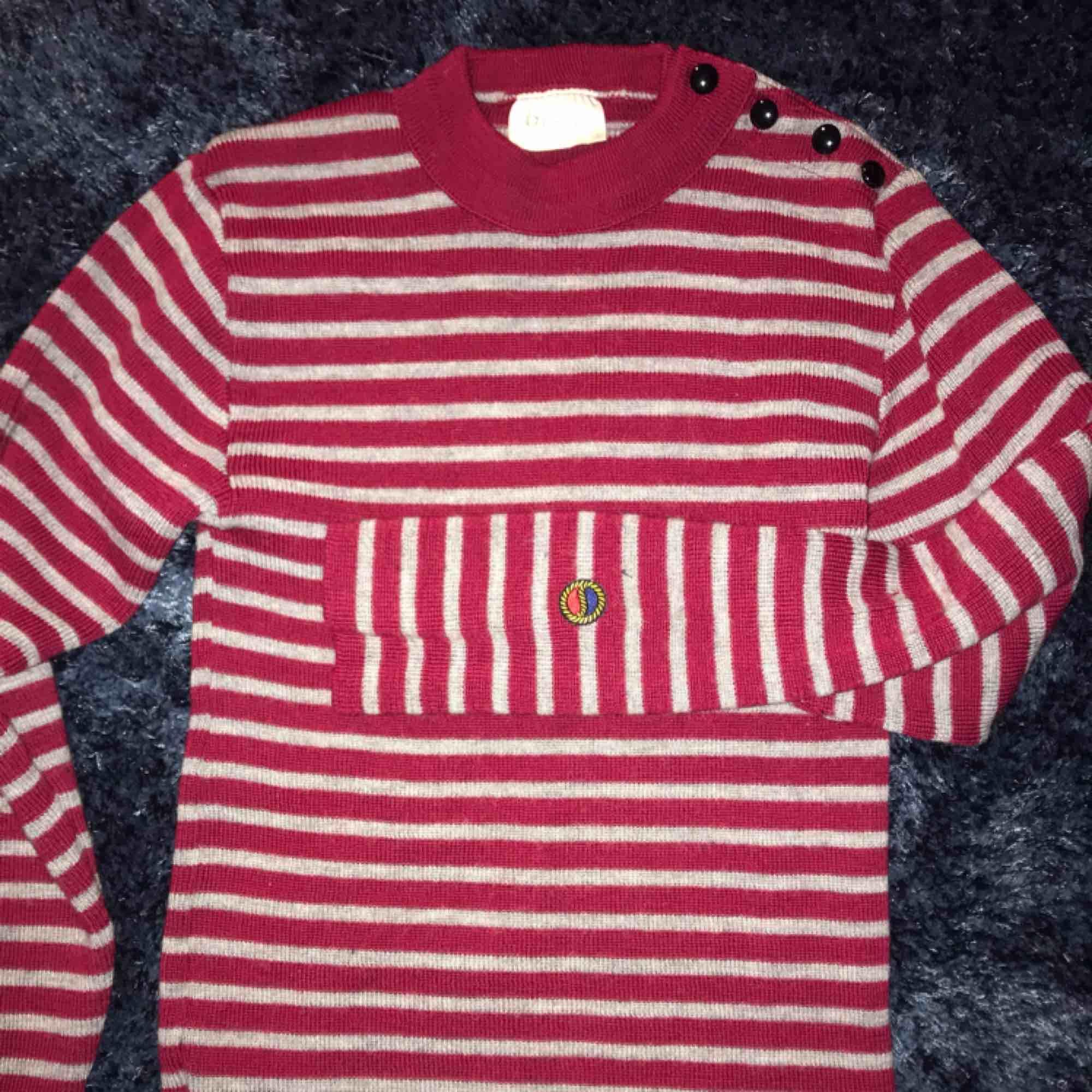 Stickad Busnel tröja i 100% ull, såå skön nu till hösten o vintern✨. Stickat.
