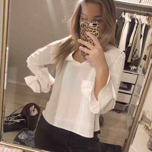 Säljer blus från Zara med rosetter vid ärmen