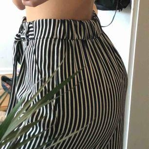 Sköna flowiga randiga byxor från Zara med knyte i midjan