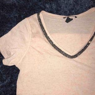 Nudefärgad t-shirt i bra skick, köparen står för frakt på 30kr