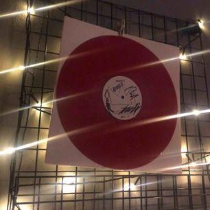 Säljer min SIGNERADE Hov1 vinyl!!!!!! Aldrig spelad på🤪🤪 vid fler intresserade blir det budgivning