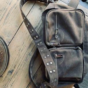 Väska från Noella, stora storleken! Nypris 800. Fint skick men lite solblekt på ena sidan, därav pris ☺️