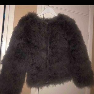 En grå pälsjacka! Fin skick och använd några få gånger :) frakt tillkommer, köpt för 700kr