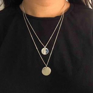 Ett silverfärgat dubbel halsband. Ny skick, inget slitage. Frakt tillkommer på 9kr (frimärken)