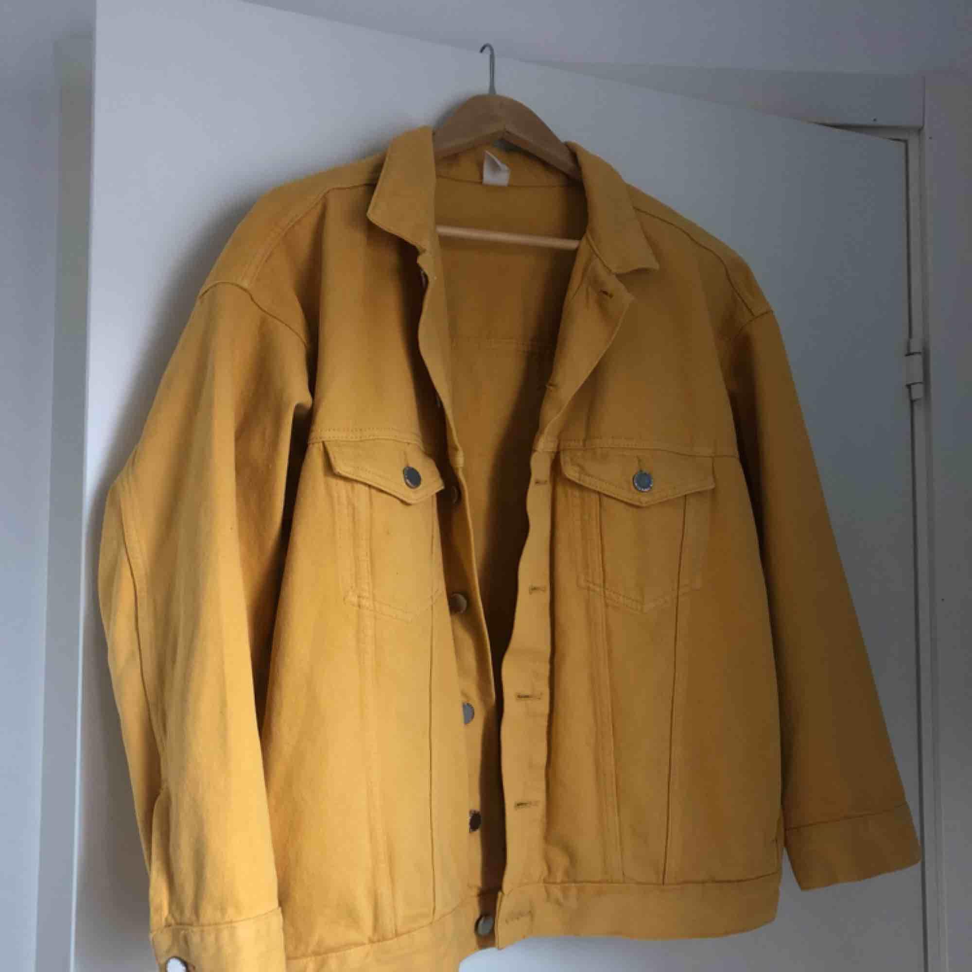 Oversized gul jeansjacka från H&M. Använd en gång.. Jackor.