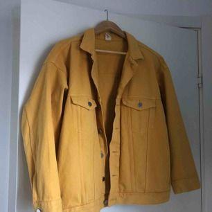 Oversized gul jeansjacka från H&M. Använd en gång.