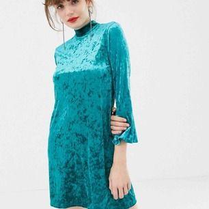 Jättefin sammetsklänning från Monki. Den har utsvängd ärm och knappar i nacken. Storlek S.   Skickar för 49kr. Har swish. 💸