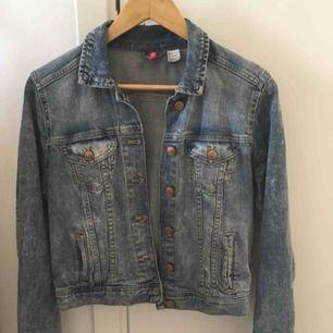 Säljer min stentvättade jeansjacka som är inköpt från Hm Divided! Sitter som en smäck och passar även en 34a 🥰 Skriv gärna om ni vill ha fler bilder! Jag tar emot Swish och fraktar såklart