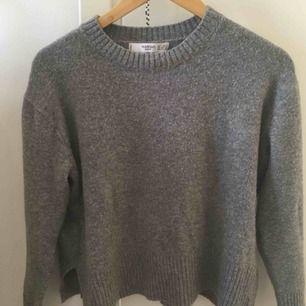 Säljer min underbara ulltröja inköpt från Mango förra vintern ❣️ den är endast använd några gånger, så är i mycket fint skick. Supermysig tröja som passar bra nu till hösten 🌼 Skriv gärna om ni vill ha fler bilder! Jag tar emot Swish och fraktar såklart