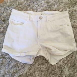 Säljer mina vita sommarshorts inköpta från Cubus 🌈 de är tyvärr för små för mig så därför säljer jag dem. Skriv gärna om ni vill ha fler bilder! Jag tar emot Swish och fraktar såklart 💕
