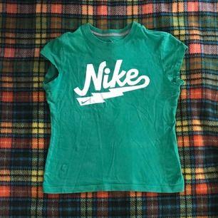 Vackra små vintage Nike t-shirt. Små storlek med korta ärmar