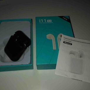 Köpte dessa as snygga svarta hörlurar, det är i11 men alltså de är identiska med riktiga airpods och ni kommer verkligen inte märka någon skillnad! Säljer dessa då jag fick ett par nya och känner att någon annan kan få mer nytta av dessa!