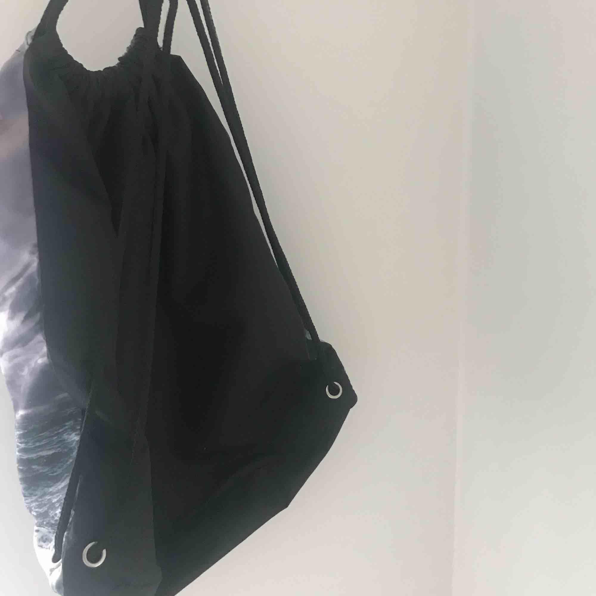 Gympapåse från Monki med havsmotiv, motståndskraftig mot regn och slitstarkt material. Superfin bara används inte, köpt här på Plick är i nyskick 🏄🏼♀️. Väskor.