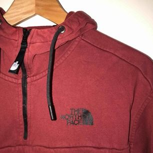 Snygg vinröd tröja från The North Face, frakt ingår i priset🥳  skick: 10/10! (vet inte vad som hänt med andra bilden men den är inte fläckig som det ser ut på bilden)