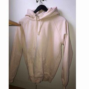Fin ljusrosa hoodie från bikbok strl xs. Nästan aldrig använd , nyskick. Nypris 299kr.