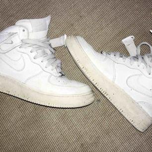 Höga air force 1 från Nike. Använder aldrig längre. Lite skitiga och gula på sulan men efter en tvätt kan dem nog bli riktigt fina!