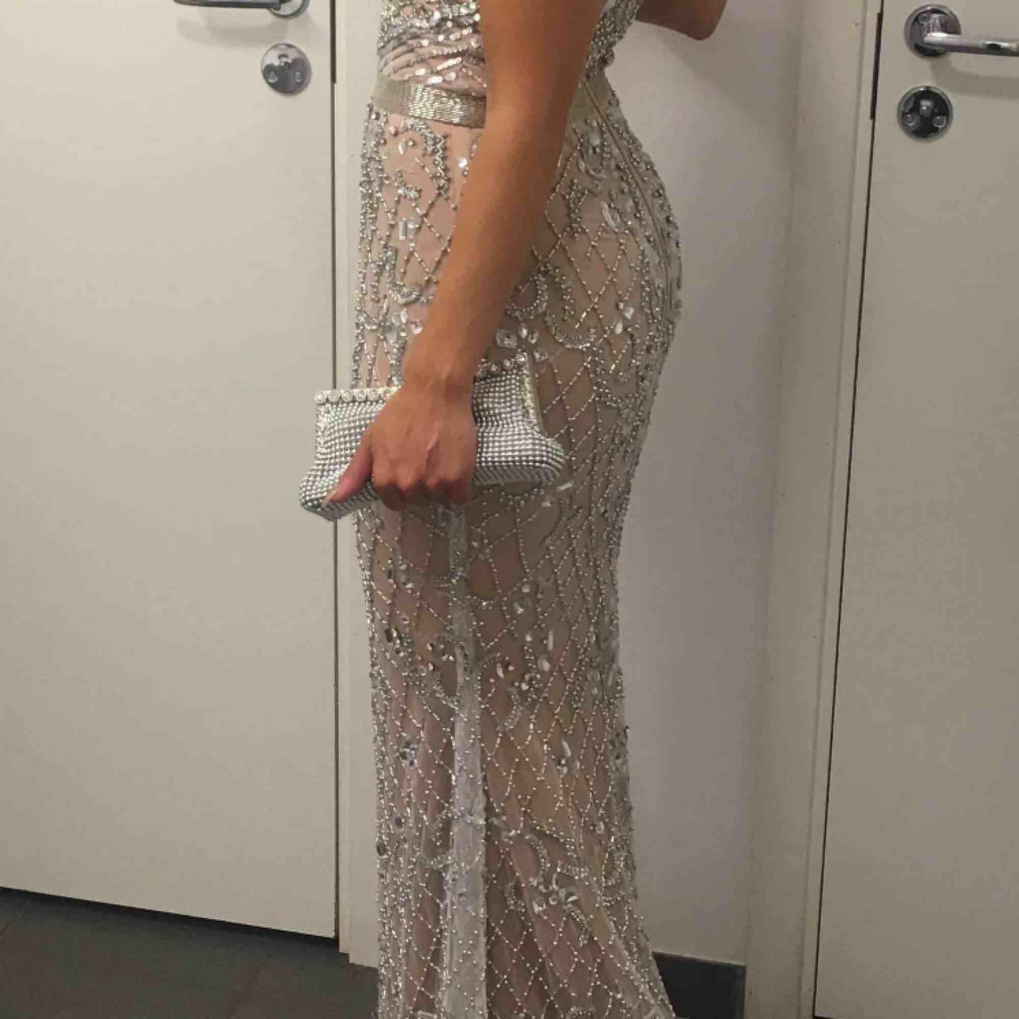 GALET fin strass klänning som verkligen gör att du glänser och blir kvällens höjdpunkt!! Använd endast ett par timmar.. Fiskmodell så den framhäver verkligen ens former!. Klänningar.