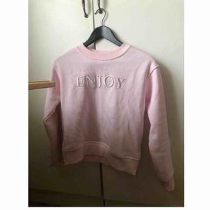 Fin rosa sweatshirt med dragkedjor på sidorna. Strl xs. Aldrig använd.