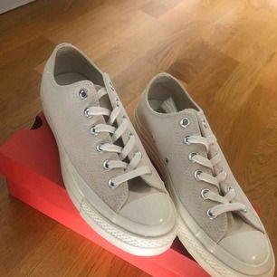 Helt nya, helt oanvända Chuck Taylor Converse-skor. Fräsch beige färg på dem! :)