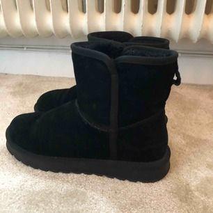 Fake uggs från Dinsko, använda en vinter så mycket bra skick. Super bra vinter sko. 300kr ink frakt💗