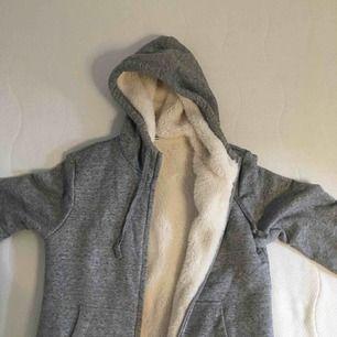 Världens mysigaste hoodie från uniqlo som är alldeles mjuk och gosig inuti😍 Perfekt nu till hösten o vintern🍁❄️