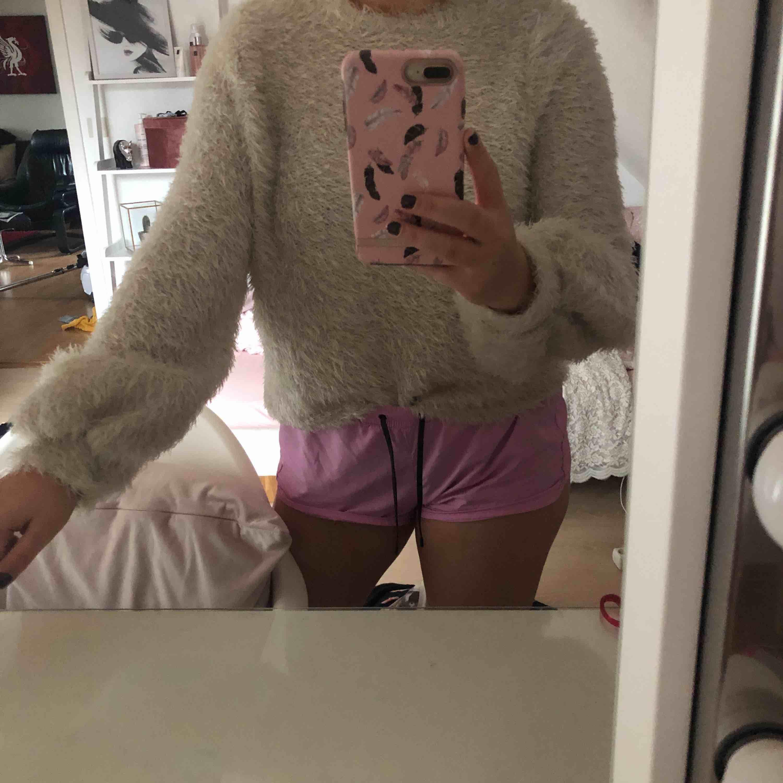 Superskön och fin, stickad tröja från Ginatricot som aldrig är använd! Den är fluffig men den varken fäller eller kliar! Köparen står för frakt.. Stickat.